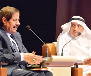 خالد الكركي متحدثا في محاضرته بمركز الملك فيصل (الوطن)
